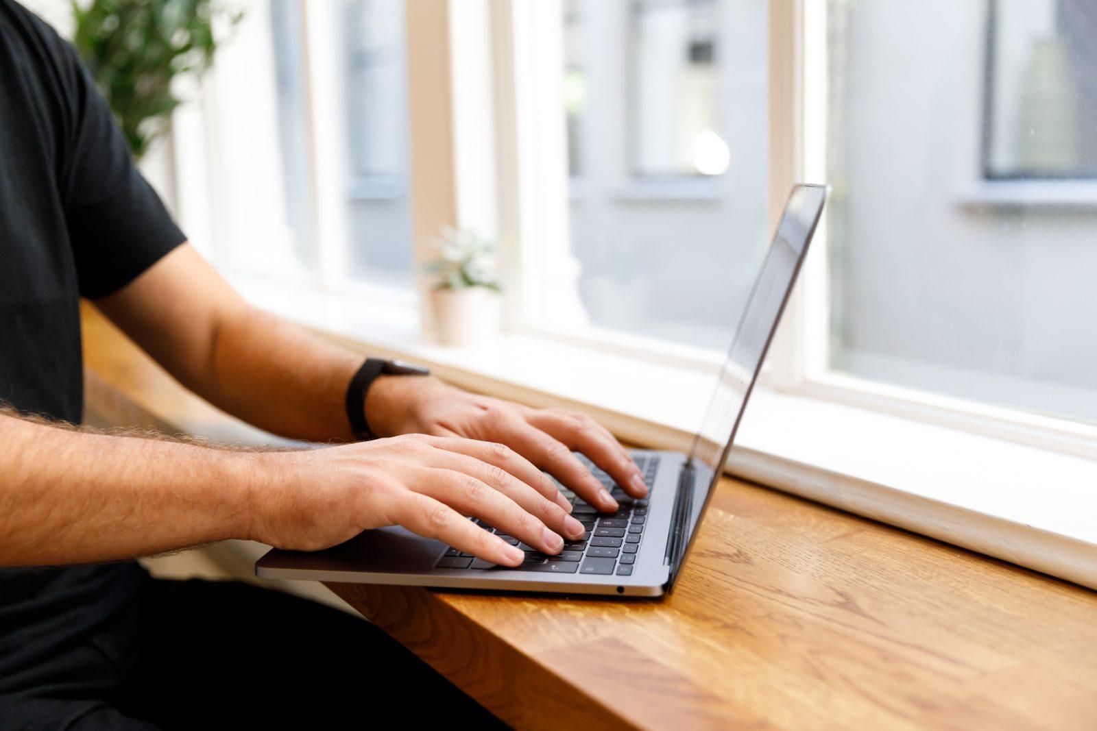 Teun (Shopnotch) achter laptop: Je webshop AVG-proof maken.
